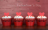 Happy Valentine red velvet cupcakes with love messages on red vi — Foto Stock