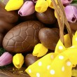 Happy Easter chocolate bunnies and eggs in hamper basket. — Stock Photo #65411043