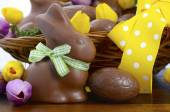 Happy Easter chocolate bunnies and eggs in hamper basket. — Stock Photo