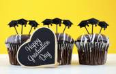 Happy Graduation Day party chocolate cupcakes — Stock Photo