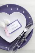 Purple theme wedding table place setting. — Stock Photo