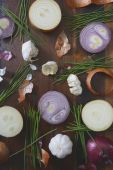 Onions, chives and garlic scattered on wood table — Stock Photo