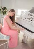 Mädchen am Klavier — Stockfoto