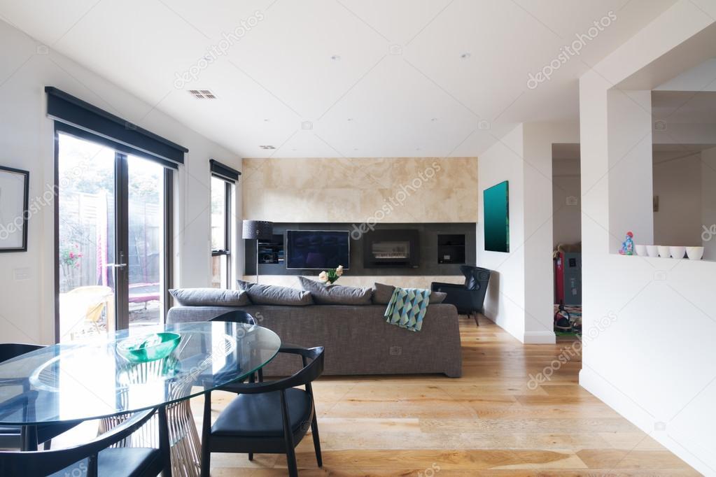 Moderno tavolo da pranzo e salotto open space in australia — foto ...