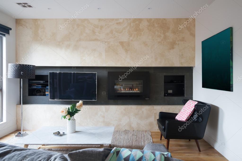 벽 탑재 된 tv, 가스 벽난로와 거실 — 스톡 사진 #90939556
