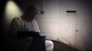 Hazmat doctor putting sheet over dead person — Stock Video