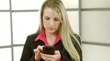Young businesswoman texting smiles at camera — Stock Video
