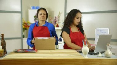 Two hispanic small business owners working at the counter — Stock Video