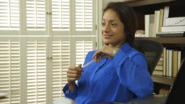 Hispanic woman ceo thinking and smiles at camera — Stock Video
