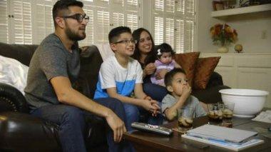 Young hispanic family watching tv — Stock Video