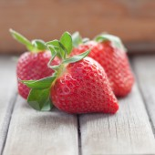 Fresh strawberries with leaves — Stock Photo