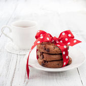 Fresh homemade chocolate cookies with cup of tea — Stock Photo