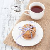 Chocolate chip cookies on a white plate with cup of tea — Stock Photo