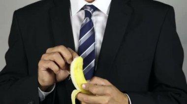 Comer un plátano — Vídeo de stock