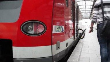 Passsengers on the railroad station platform — Vidéo