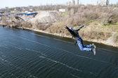 ロープと崖から飛び降りる. — ストック写真