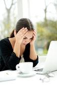 Donna di affari preoccupata che aggrotta le sopracciglia in frustrazione — Foto Stock