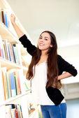 Mujer joven para un libro — Foto de Stock