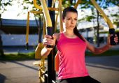 Woman exercising her upper body using weights machine. — Stock Photo