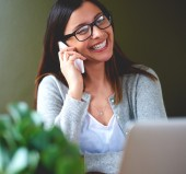 Woman smiling widely while talking on mobile phone. — Stock Photo