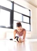 Bailarina determinada ejercicio dentro del estudio — Foto de Stock