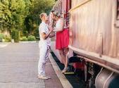 Par kyssas nära tåg — Stockfoto