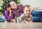 クリスマス ツリーの下に家族 — ストック写真