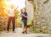Father and running son — Stockfoto