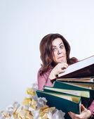 Mad faced businesswoman with folders — 图库照片