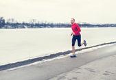 Mann laufen Winter See — Stockfoto