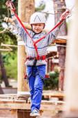 男孩在正轨绳设备 — 图库照片