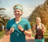 Young couple run together — Stock Photo