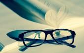 Libro abierto y gafas — Foto de Stock