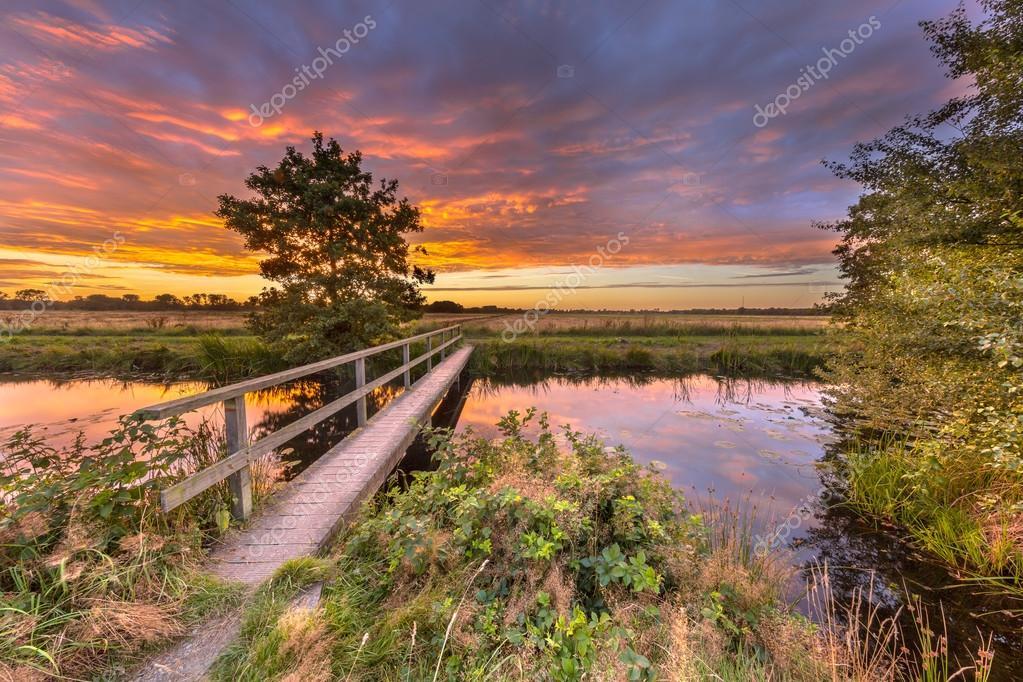 Ponte di legno a piedi al tramonto foto stock for Piani di fattoria sotto 2000 piedi quadrati