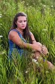 Portrait d'une fille triste dans l'herbe — Photo