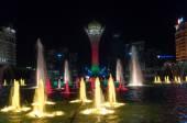 在夜间的 bayterek 塔和喷泉显示 — 图库照片