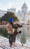 Cameraman at Golden Temple in the early morning. Amritsar. India — Stock Photo