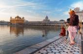 Young Sikh men visiting in Golden Temple in the early morning. Amritsar. India — Stock Photo