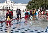 Indian women clean floor near Golden Temple before the evening prayer. Amritsar — Stock Photo