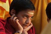 Jonge beginner op Ganga Aarti ceremonie in Parmarth Niketan ashram — Stockfoto