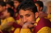 Young novice on Ganga Aarti ceremony in Parmarth Niketan ashram — Stock Photo