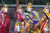 Hintli kadın tören alayı Vrindavan sokakta başlarına pot ile — Stok fotoğraf