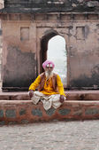 Sadhu sitting near Temple on the street in Orchha — Stock Photo