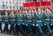 Солдаты в униформе находятся на репетиции военного парада — Стоковое фото