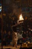 Indian priest performs religious Ganga Aarti ceremony or fire puja at Dashashwamedh Ghat in Varanasi. Uttar Pradesh — Stock Photo