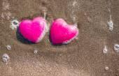 愛を象徴するビーチの 2 つの赤いハート — ストック写真