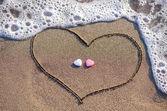 Hart in het zand met twee harten getrokken — Stockfoto