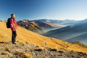 Hiker resting on the mountain top — Stock Photo