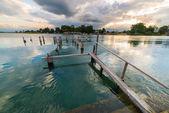 Antiguo embarcadero en el Lago Poso al atardecer, Sulawesi, Indonesia — Foto de Stock