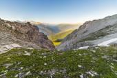 Glühende Alpental und blühende Wiese — Stockfoto